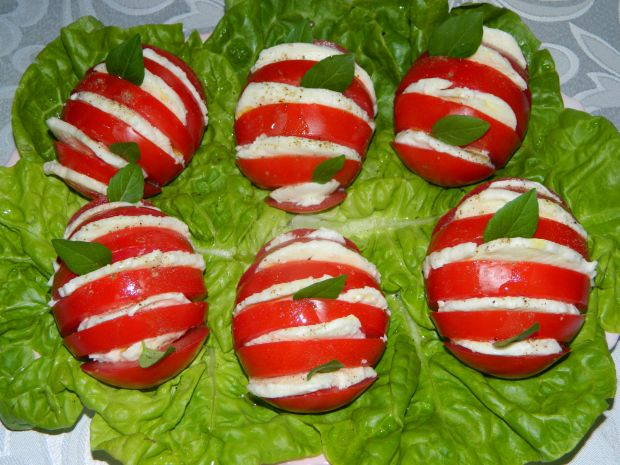 Pomidory z mozzarellą na sałacie