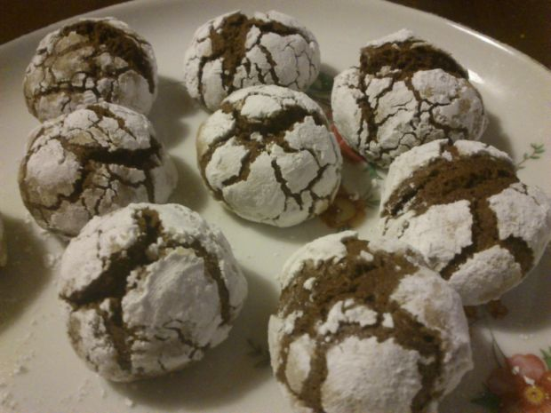 Popękane ciasteczka kakaowo - wiśniowe