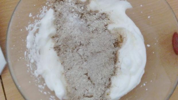 Porzeczkowa eksplozja na murzynku bez tłuszczu