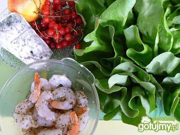 Porzeczkowa sałatka z krewetkami i sosem