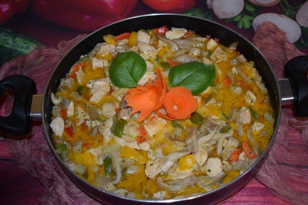 Potrawka z piersi kurczaka, papryki i boczniaków