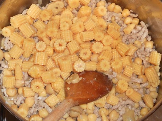Potrawka z ciecierzycą, pieczarkami i kukurydzą