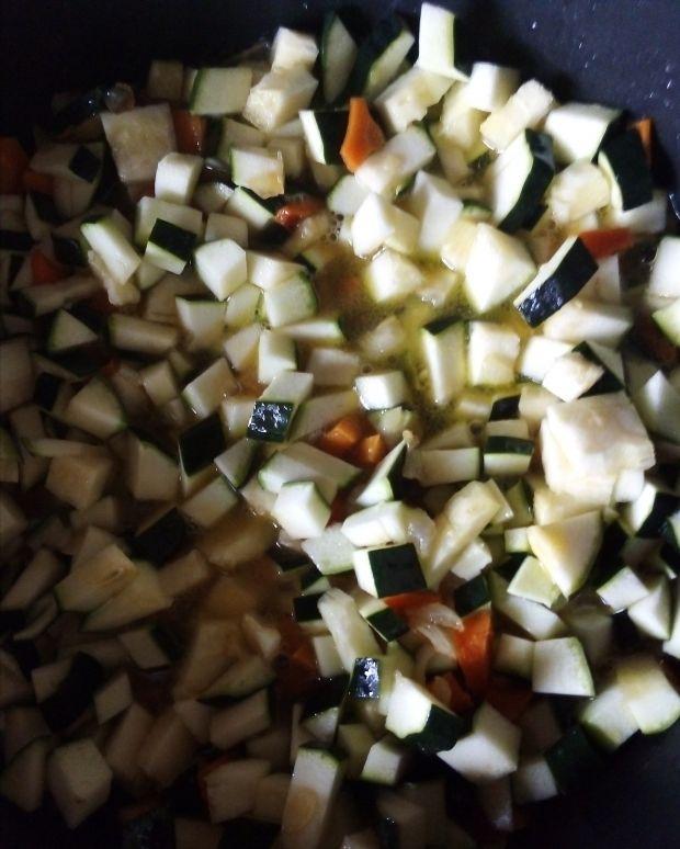 Potrawka z cukinii z białą kiełbasą i pomidorami