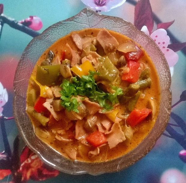 Potrawka z fasoli szparagowej, pieczarek i papryki