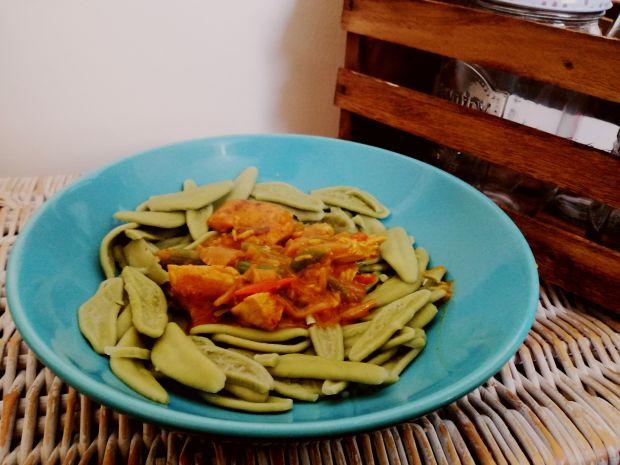 Potrawka z kurczaka na zielonym makaronie