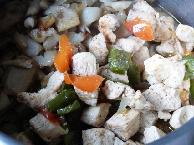 Potrawka z kurczaka z papryką i boczniakami