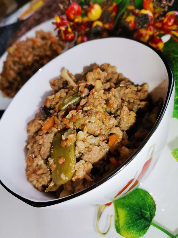 Potrawka z mięsem mielonym, warzywami oraz kaszą