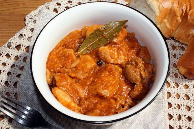 Potrawka z udek kurczaka z sosem pomidorowym