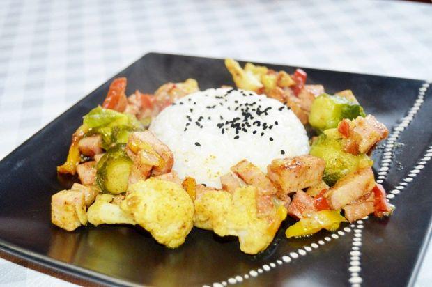 Potrawka z warzyw i kiełbasy z ryżem