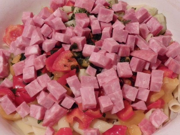 Pożywna sałatka makaronowa ze świeżym ogórkiem