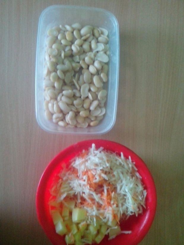 Pożywna zupa fasolowa z naleśnikami