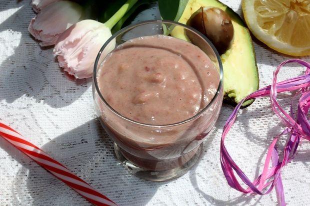 Pożywny koktajl truskawkowy z awokado i bananem i