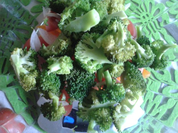 Prosta sałatka brokułowa z dressingiem pietruszkow