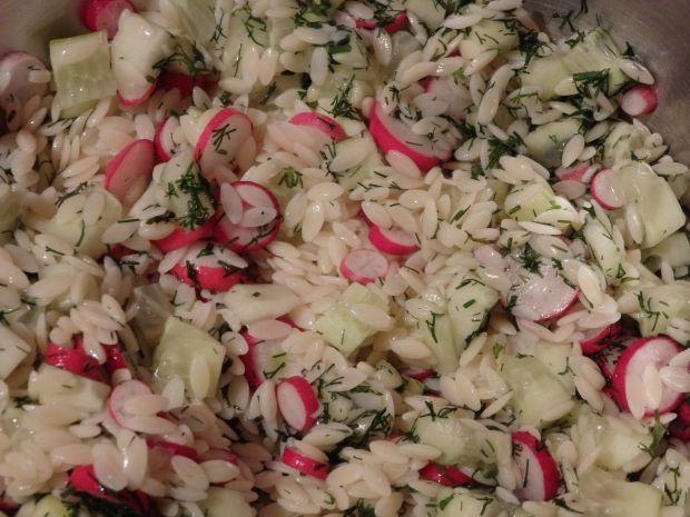 Prosta sałatka z makaronem w kształcie ryżu