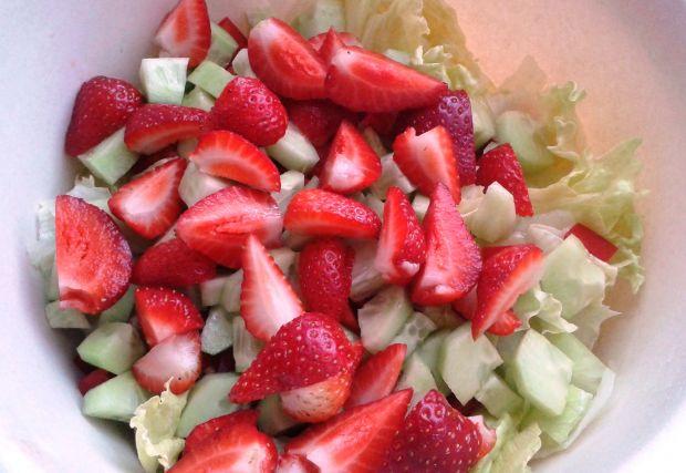 Prosta sałatka z truskawkami