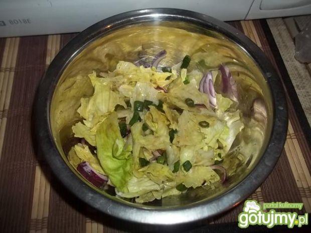 Prosta surówka z sosem czosnkowo-ziołowy