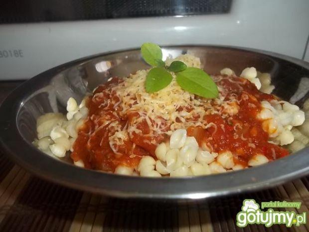 Prosty sos pomidorowy do makaronu