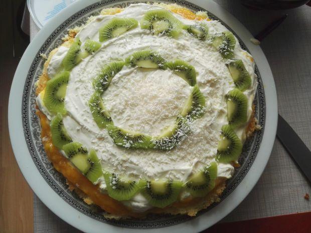 Prosty tort z dżemem brzoskwiniowym i kiwi