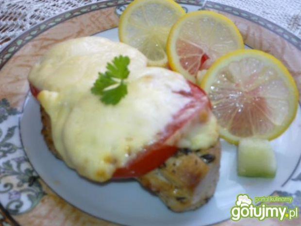 Przekąska pod pierzynką z pomidora i ser