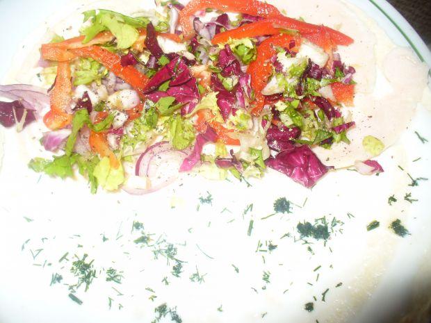 Przekąska z tortilli  z warzywami i szynką