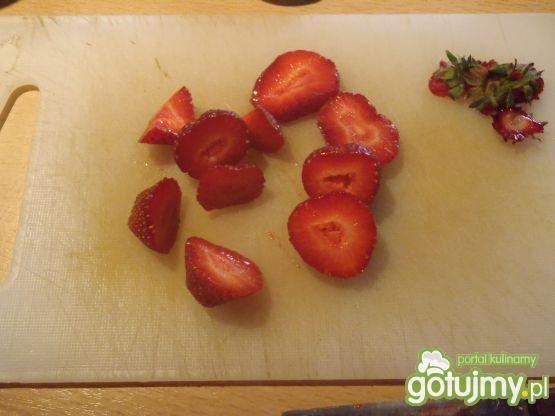Przekąska z truskawkami i śliwkami
