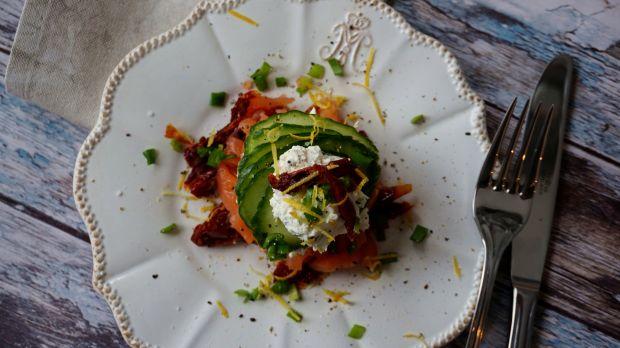 Przystawka z wędzonego łososia i suszonych pomidor