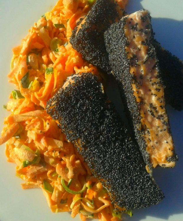 Pstrąg łososiowy w maku z surówką z marchewki