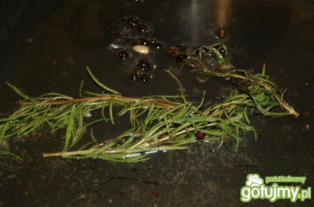 Pstrąg w miodzie , rozmarynie i jałowcu