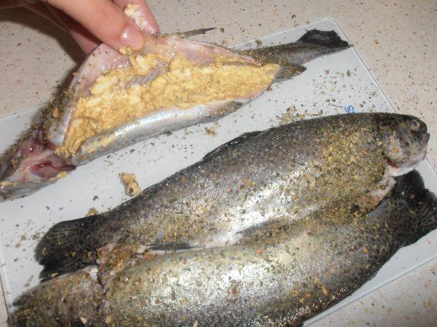 Pstrąg z grilla z masłem musztardowym i  kapustą