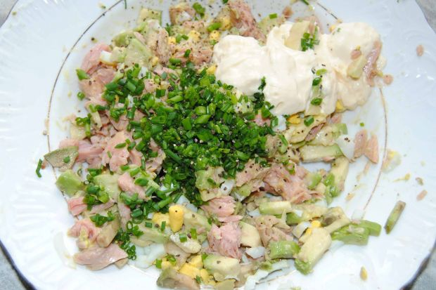 Ptysie z sałatką z awokado i tuńczyka
