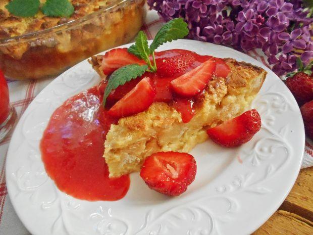Pudding z sosem truskawkowym