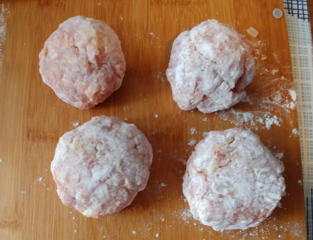Pulpety w sosie pieczarkowo - śmietanowym