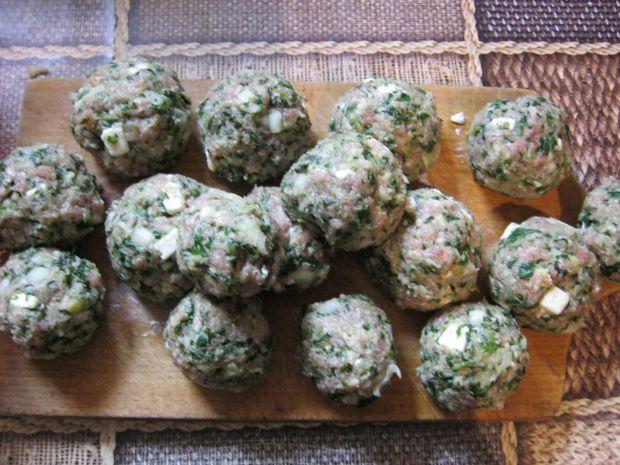 Pulpety wołowe ze szpinakiem i fetą w sosie