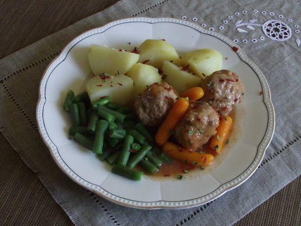 Pulpety z płatkami pomidorów i szczypiorem w sosie