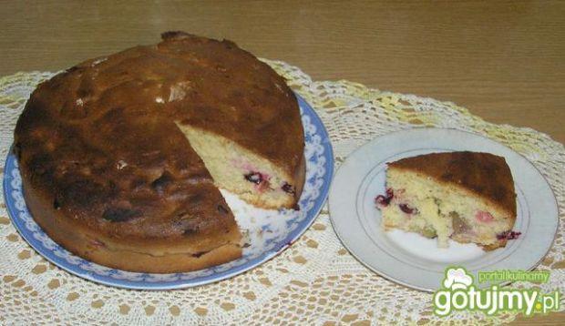 Puszyste ciasto z owocami