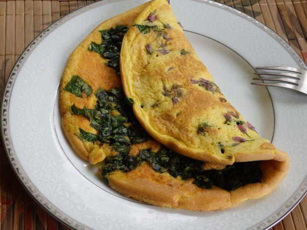 Puszysty omlet z gęsiego jaja ze szpinakiem