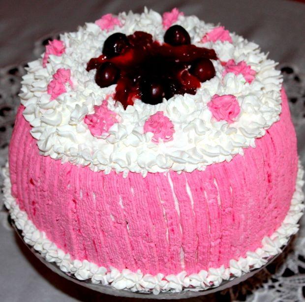 Puszysty tort z czereśniami