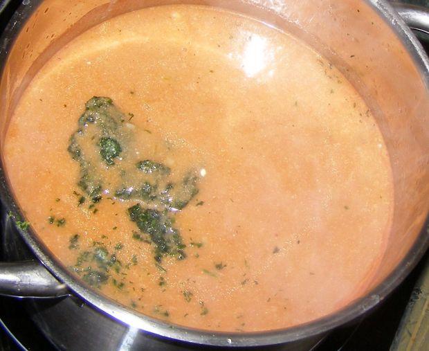 Pyszne gołąbki z szybkowara z sosem pomidorowym.