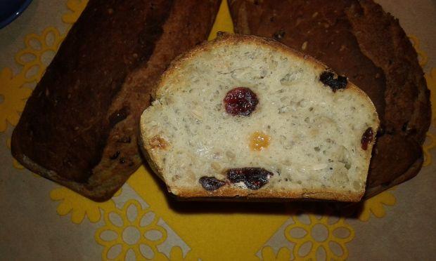 Pyszny chlebek na mące chlebowej z bakaliami