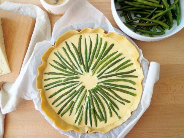Quiche z fasolką szparagową w sosie szafranowym
