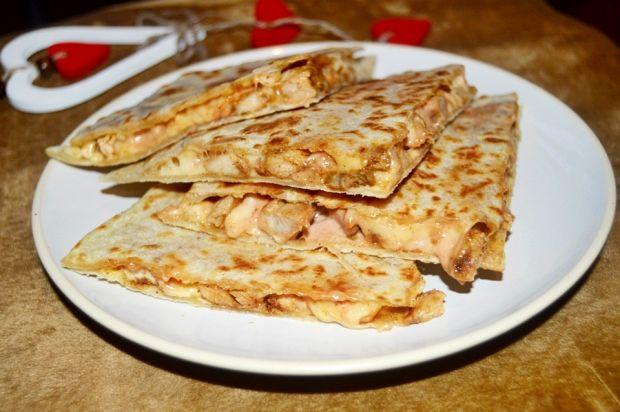 Quritto (quesadilla) z kurczakiem serem i sosem