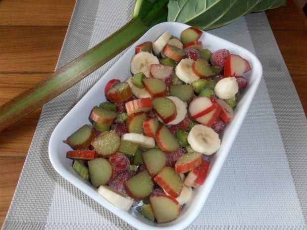 Rabarbarowe crumble z truskawkami