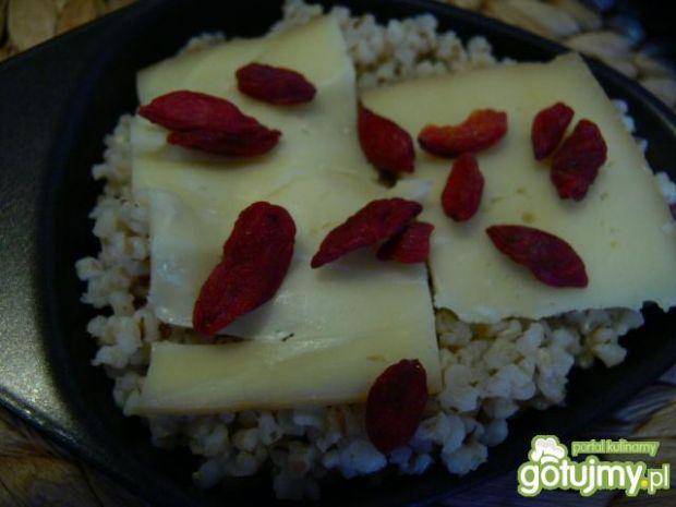 Raclette z kaszą jęczmienną i goji