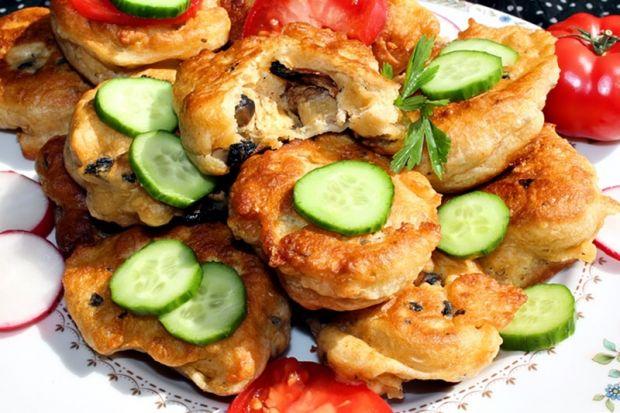 Racuchy drożdżowe z żółtym serem i pieczarkami