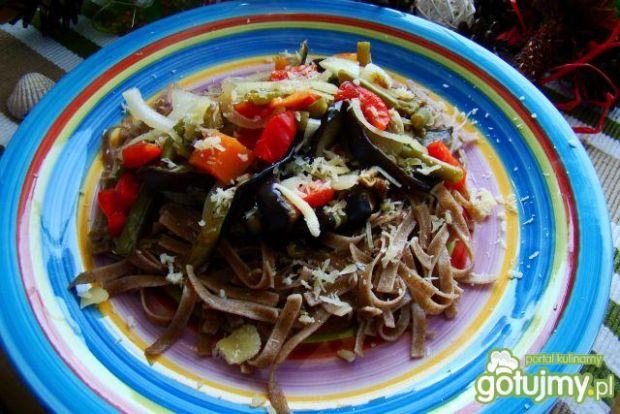 Razowy makaron z warzywami i tartym sere