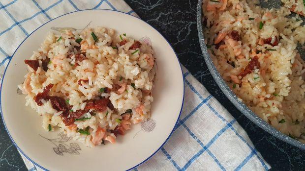 Risotto z łososiem i suszonymi pomidorami