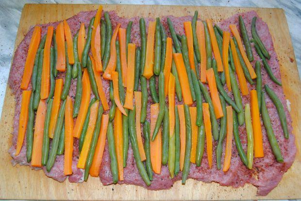 Rolada cielęca z groszkiem szparagowym i marchwią
