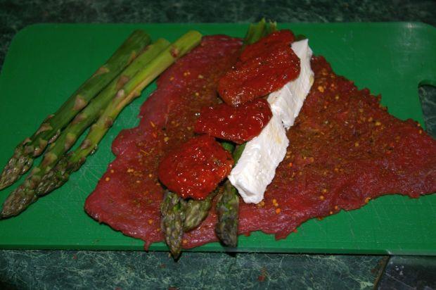 Rolada szparagowo-pomidorowa i sałata z miętą