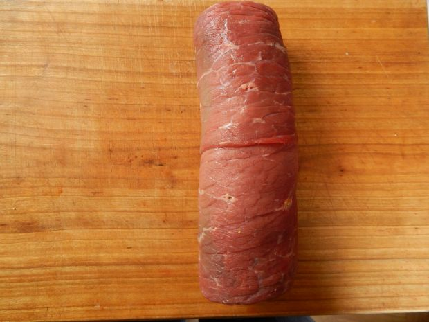 Rolada wołowa z wędzoną śliwką