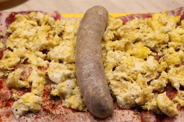 Rolada z boczku z kiełbasą i jajkami